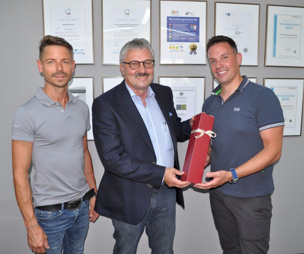 20 Jahre PB Fahrzeugpflege Saarlouis - Bürgermeister Hartwin Faust gratuliert Karsten Becker & Thomas Paul